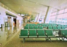 与绿色椅子行的等待的区域区域  免版税图库摄影