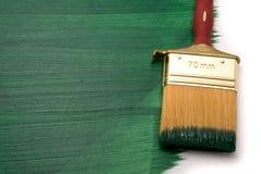 与绿色油漆的画笔 库存照片