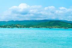 与绿色海岛的海景天际的 库存照片
