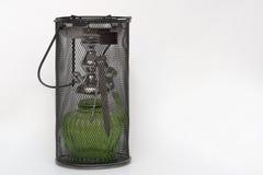 与绿色玻璃烧瓶的水烟筒,有在便携包的火钳的 免版税库存图片