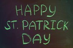 与绿色白垩的题字在黑板:愉快的圣帕特里克的天 免版税图库摄影