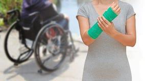 与绿色的伤害妇女佩带的sportsware在blurre的胳膊熔铸了 库存图片