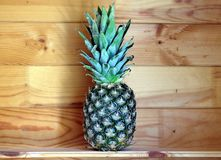 与绿色的新鲜的菠萝果子在木背景户内土气照片特写镜头离开 免版税图库摄影