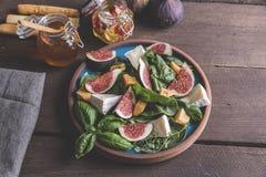 与绿色的沙拉,无花果,乳酪蔬菜菜肴 库存图片
