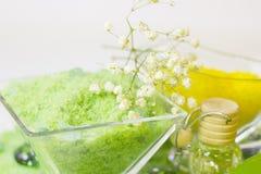 与绿色腌制槽用食盐的温泉概念 免版税库存图片