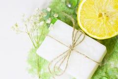 与绿色腌制槽用食盐的温泉概念 库存照片