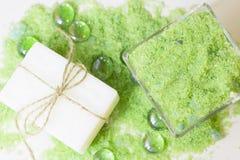 与绿色腌制槽用食盐的温泉概念 免版税库存照片