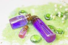 与绿色腌制槽用食盐的温泉概念 库存图片