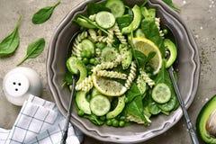 与绿色菜的意大利面制色拉:鲕梨,婴孩菠菜,绿色 库存照片