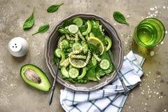 与绿色菜的意大利面制色拉:鲕梨,婴孩菠菜,绿色 库存图片
