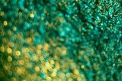 与绿色被弄皱的箔纹理的抽象迷离背景的 艺术性的五颜六色的bokeh 库存图片