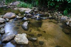 与绿色青苔石头的瀑布在雨林, Kiriwong Vil里 免版税库存图片