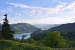 与绿色领域、湖和蓝天的夏天风景 Neamt, Roamania 免版税库存图片