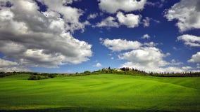 与绿色领域和农夫的托斯卡纳著名柏树回家 库存图片