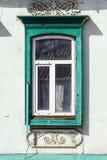 与绿色platbands的窗口 库存照片
