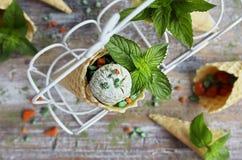 与绿茶matcha的自创冰淇凌在奶蛋烘饼锥体 库存图片