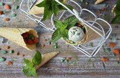 与绿茶matcha的自创冰淇凌在奶蛋烘饼锥体 库存照片