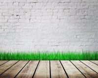 与绿草的墙壁 免版税库存照片