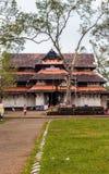 与绿草的寺庙斯里Vadakkumnatha正面图 图库摄影