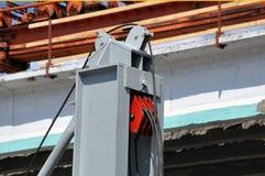 与缆绳的举的块在桥梁建设中 免版税库存照片