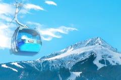与缆车客舱,倾斜,雪山峰, copyspace的充满活力的旅行滑雪背景 图库摄影