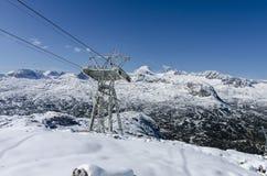 与缆车轨道的积雪覆盖的山 库存图片