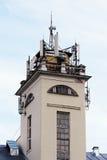 与缆绳和天线的眺望台从多孔的传输的通讯工具 图库摄影