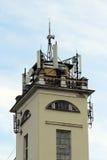 与缆绳和天线的眺望台从多孔的传输的通讯工具 免版税库存图片