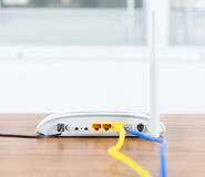 与缆绳的无线调制解调器路由器网络插孔连接 免版税库存图片