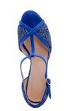 与编织的时髦的凉鞋在脚 免版税库存图片