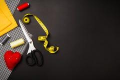 与缝合的和编织的工具和辅助部件的背景 免版税库存照片