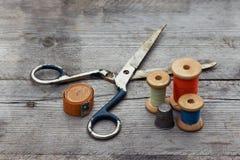 与缝合的工具和色的螺纹的背景 免版税库存图片