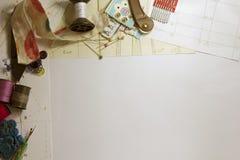 与缝合的工具和辅助部件的框架 免版税库存照片