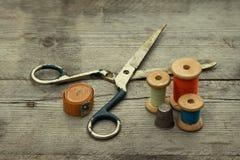 与缝合的工具的葡萄酒背景。 免版税库存照片