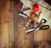 与缝合的工具的葡萄酒背景和在木织地不很细背景的针线包 库存照片