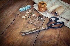 与缝合的工具的葡萄酒背景和在木织地不很细背景的针线包 库存图片