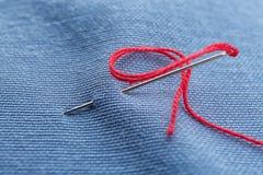 与缝合针线和针的织品, 免版税库存照片