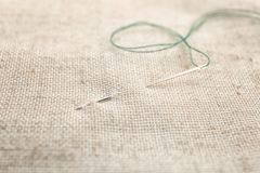 与缝合针线和针的织品, 免版税图库摄影