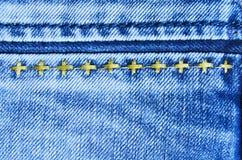 与缝背景纹理小插图的蓝色牛仔裤布料 库存照片