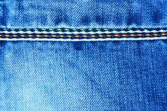 与缝背景纹理小插图的蓝色牛仔裤布料 免版税图库摄影