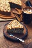 与罂粟种子和杏仁的自创饼剥落 免版税库存图片