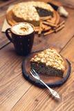 与罂粟种子和杏仁的自创饼剥落 免版税图库摄影