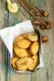 与罂粟种子和柠檬味的自创马德琳曲奇饼 库存照片