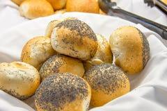 与罂粟种子的小圆面包在篮子 免版税库存照片