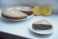 与罂粟种子的柠檬蛋糕 免版税库存图片