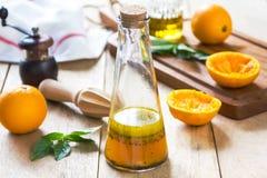 与罂粟种子的橙色色拉调味品 免版税图库摄影