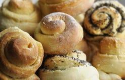 与罂粟种子的甜小圆面包 免版税库存图片