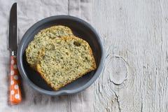 与罂粟种子的简单的蛋糕轻的木表面上 免版税库存照片