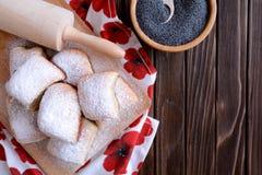 与罂粟种子装填的被烘烤的酵母饺子 免版税库存照片