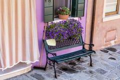 与罐的长木凳在Burano海岛威尼斯,意大利开花 免版税库存图片